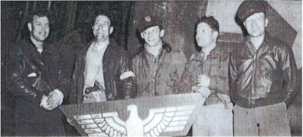 <b>L'équipage du Dakota qui s'est posée sur le terrain d'Izernore dans la nuit du 6 au 7 juillet 1944.</b> De gauche à droite : le colonel Helfin, le major Tresemer et le capitaine Karsevac, tenant l'emblème nazi pris aux Allemands à Belley par la Résistance la veille et remis comme trophée à l'équipage allié.